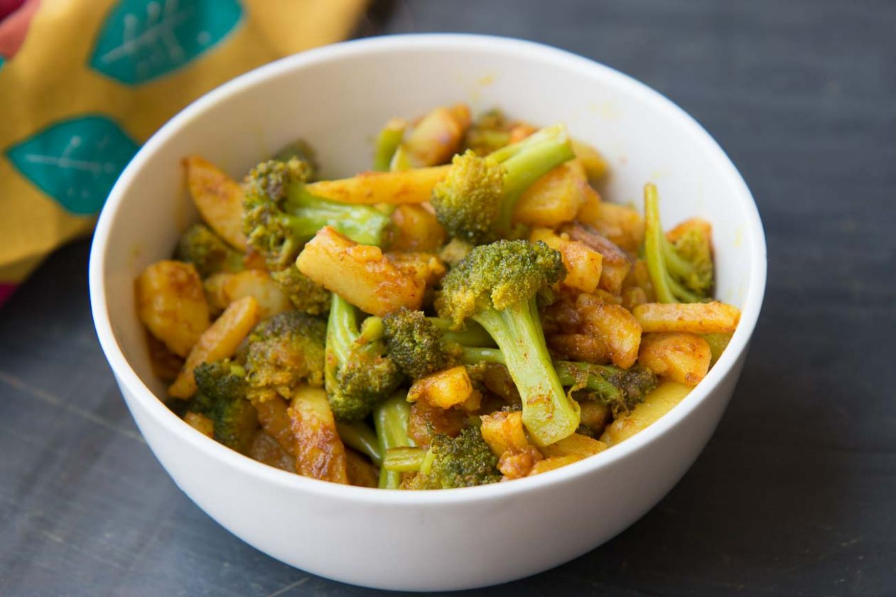 Broccoli And Aloo Poriyal Recipe - South Indian Broccoli And Potato Stir Fry - Recipes Potato Broccoli