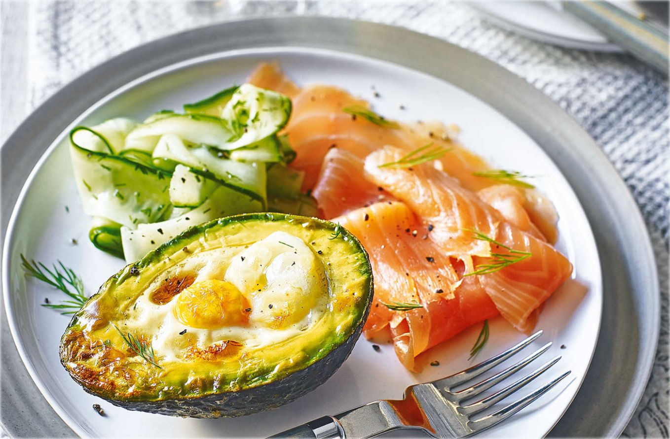 Eggs baked in avocado with smoked salmon - Recipes Egg Avocado