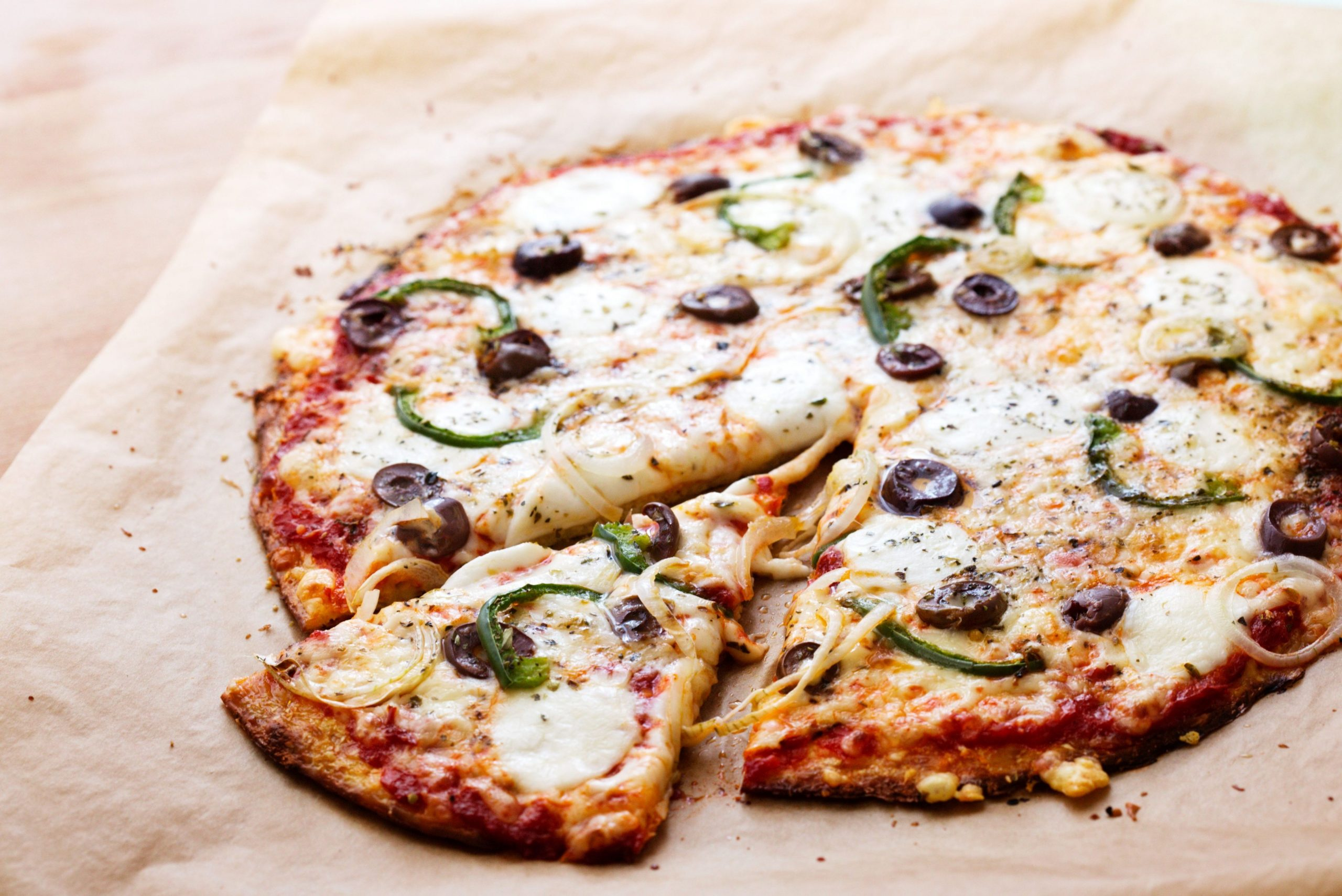Low-carb cauliflower pizza with green peppers and olives