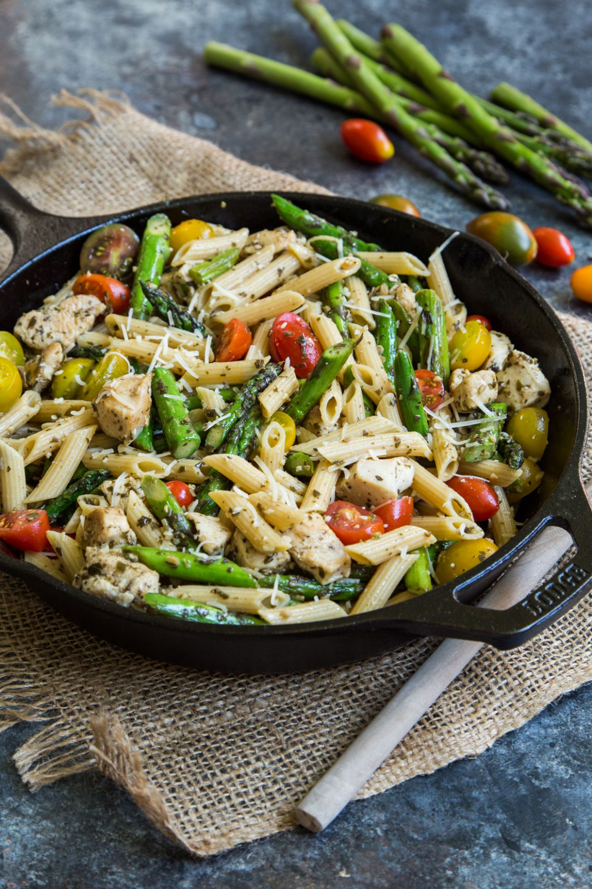 Pesto Chicken Pasta Skillet with Asparagus and Tomatoes - Recipes Pasta Asparagus