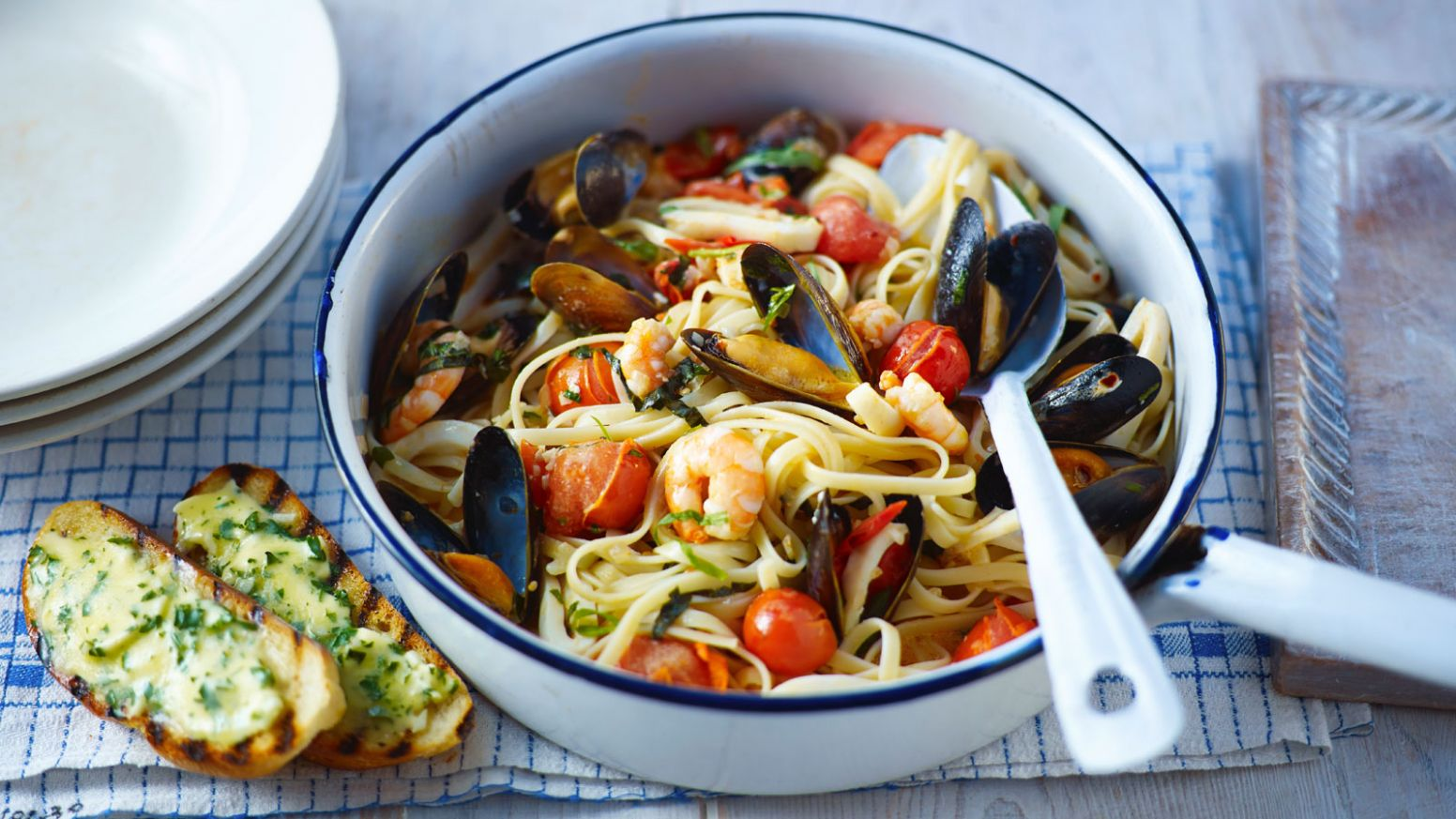 Seafood pasta with garlic bread - Recipes Fish And Pasta